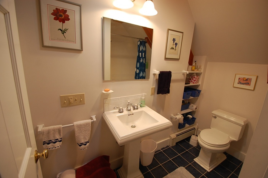 Guest Bathroom Upstairs, Vacation Rental House Cushing, ME